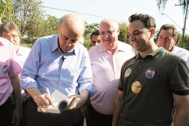 José Serra foi assediado por fãs e até autografou um livro. (Foto: Fernando Surur)