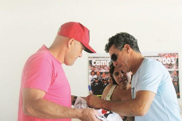 Careca não participou do jogo, mas depois foi atração e distribuiu autógrafos. (Foto: Diego Ortiz)