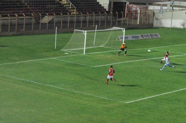Nando aproveita cruzamento de Biel e finaliza para fazer o gol da vitória do Mogi. (Foto: Fernando Surur)
