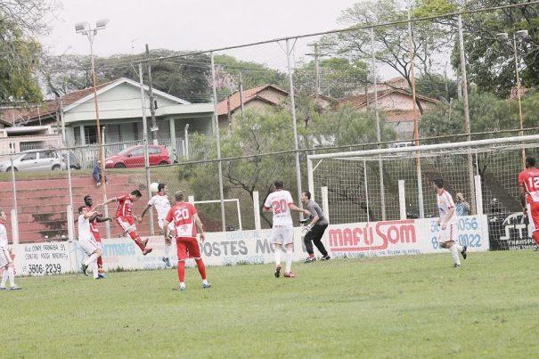 Após cobrança de escanteio, meia Jefinho vence zagueiro Bertola na disputa aérea e marca o gol da vitória da Vila Dias diante do Unidos do Inocoop, no Tucurão. (Foto: Diego Ortiz)