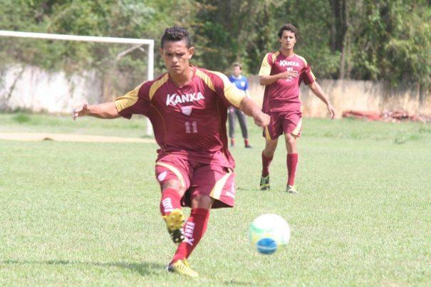 Valdir (em primeiro plano) é um dos únicos titulares a jogar; Vinícius (ao fundo) fará sua estreia. (Foto: Diego Ortiz)