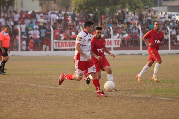 Vila Dias, do volante Jean, e Santa Luzia, do atacante Goiano, empataram no jogo de ida da final. (Foto: Diego Ortiz)