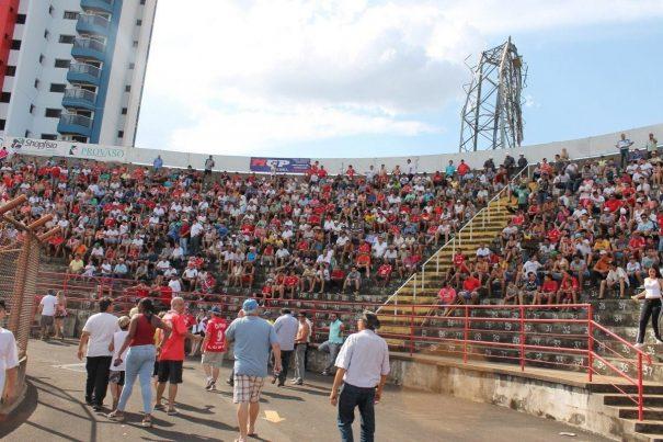 Pela primeira vez na competição, arquibancada do Romildão registrou mais de 4 mil torcedores, mesmo em uma sexta-feira à tarde. (Foto: Fernando Surur)