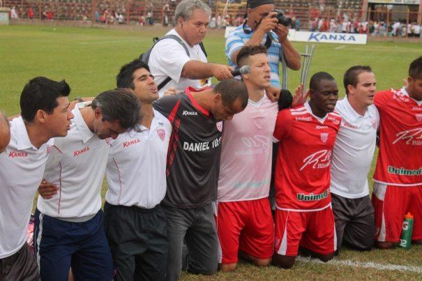 Após a partida, grupo rezou, comandado pelo presidente Rivaldo. (Foto: Fernando Surur)