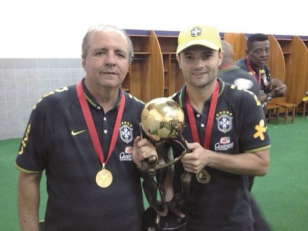 Trabalho de Vadão foi enaltecido por Fabinho Guerreiro, que festejou a taça com o treinador. (Foto: Arquivo pessoal)