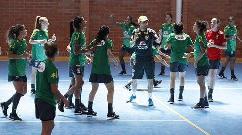 Fabinho se diverte com as meninas na seleção, criando amizades, sem perder o respeito. (Foto: Rafael Ribeiro/Assessoria CBF)