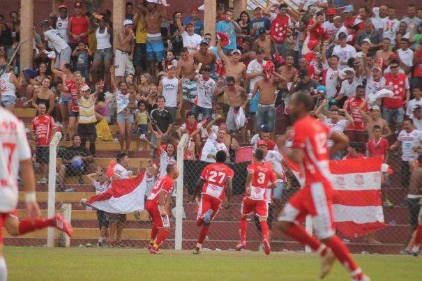 Kanu comemora o gol do título com a torcida, aos 5 minutos do segundo tempo. (Foto: Diego Ortiz)