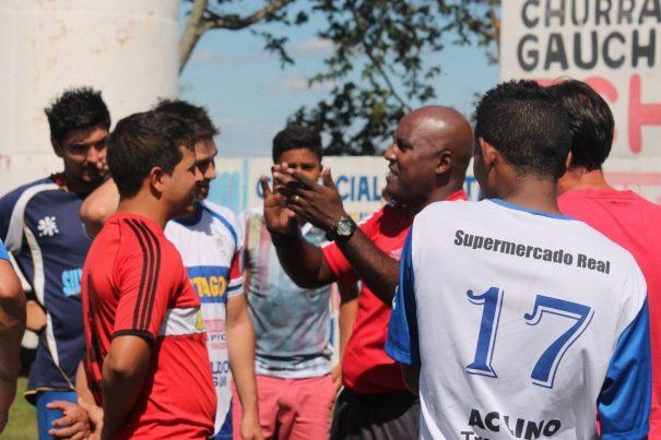 Árbitro Mangueira comunica encerramento da partida a atletas. (Foto: Diego Ortiz)