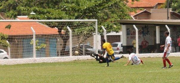 Em contra-ataque, Adilsinho toca no canto esquerdo do goleiro e se isola na artilharia da Série B, com 10 gols marcados. (Foto: Diego Ortiz)