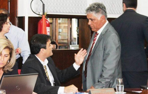 No início da sessão, os vereadores conversaram sobre o assunto e Marquinhos, segundo Ney, pediu que ele retirasse o projeto para não ser cassado (Foto: Deni Allison)