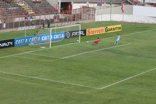 Com o gol livre, após rebote do goleiro, Ruan abre o placar para o Paysandu. (Foto: Fernando Surur)
