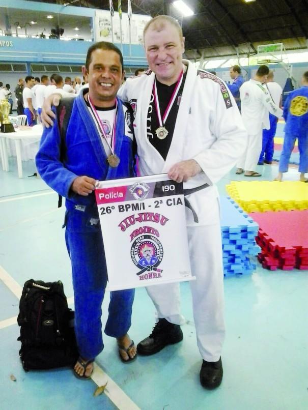 Ferreira e Macini: medalhas na competição de jiu-jitsu entre policiais militares. (Foto: Divulgação)