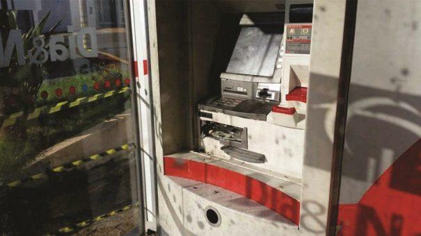 Bandidos colocaram uma banana de dinamite no caixa eletrônico, mas o explosivo não funcionou. (Foto: Divulgação)