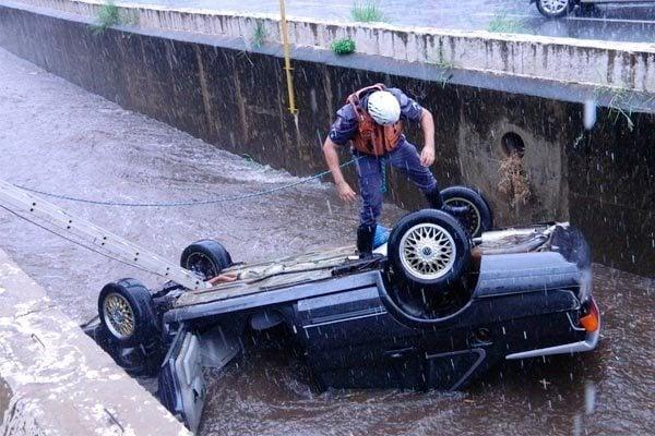 Colisão entre veículos provocou o acidente na quinta-feira; chovia forte no momento da queda (Foto: Portal Mogi Guaçu)