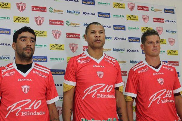 Volante Val e zagueiros André Luís e Diego Gaúcho foram apresentados na tarde desta sexta-feira. (Foto: Diego Ortiz)