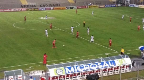 Condições do gramado da Arena Capivari, afetado pela chuva, prejudicaram a qualidade do jogo. (Foto: Tony Machado)