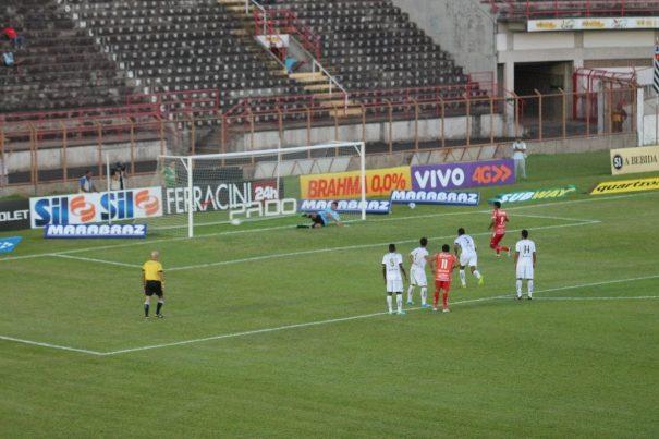 Magrão escolhe o canto direito do goleiro Lauro e converte o pênalti para o Sapão. (Foto: Diego Ortiz)