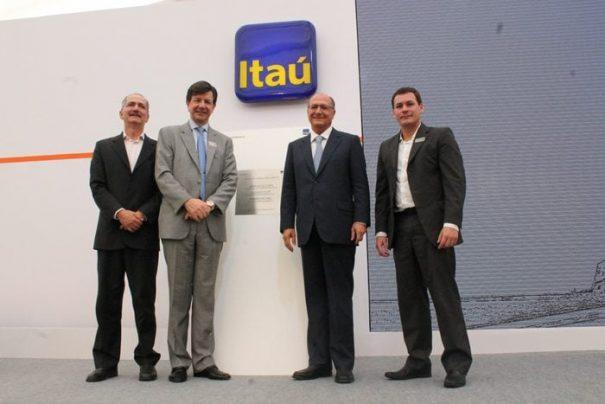 Aldo Rebelo, Roberto Setubal, Geraldo Alckmin e Gustavo Stupp, ontem, na cerimônia de inauguração (Foto: Fernando Surur)