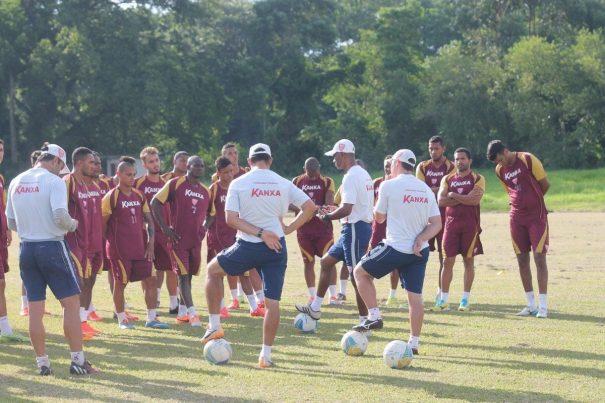 Técnico Claudinho Batista comanda o Mogi na tentativa de reabilitação, após derrota para o Corinthiians. (Foto: Diego Ortiz)