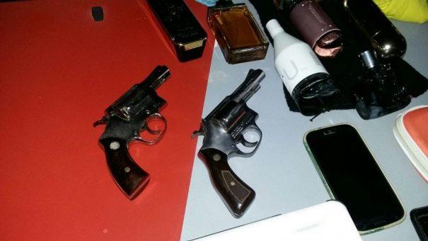 Menores tentaram dispensar objetos roubados e armas utilizadas em assalto