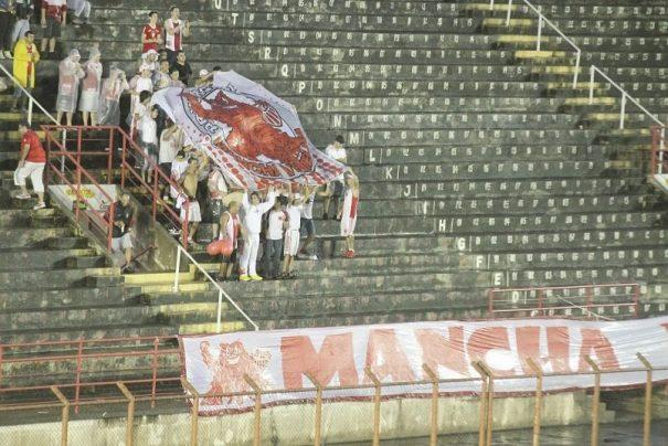 Bateria da Mancha Vermelha voltou a ecoar no Estádio Romildão. (Foto: Fernando Surur)