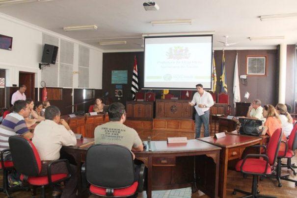 Reunião foi realizada na quarta-feira, no plenário da Câmara Municipal (Foto: Fernando Surur)