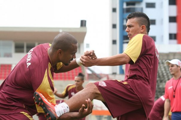 Evolução de Leonardo pela esquerda equilibra time, que tem lado direito forte, com Ratinho e Valdir. (Foto: Diego Ortiz)