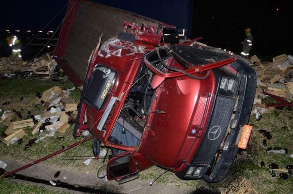 Acidente ocorreu às 20h40: caminhão capotou e acabou parando no canteiro central da rodovia (Foto: Fabrício Leme de Morais /Gazeta Guaçuana)