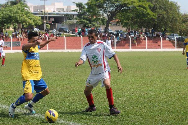 Esmeralda (camisa branca) subiu para a Primeira Divisão como vice-campeão da Série B. (Foto: Arquivo)