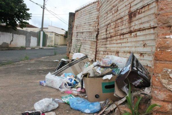 Devido à paralisação, lixo já começava a se acumular pelas calçadas da cidade (Foto: Ana Paula Meneghetti)