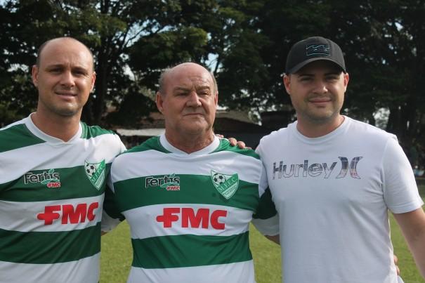 Chiquinho, ao lado do pai Nenê e do irmão Lucas, diretor do clube. (Foto: Diego Ortiz)