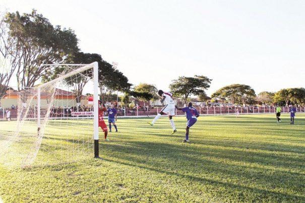 Atacante Décio salta para cabecear e marcar um dos gols da Santa Luzia em massacre diante do Santana, no Estádio da Santa Cruz. (Foto: Diego Ortiz)
