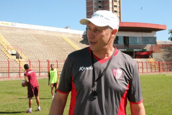 Técnico Aílton Silva tenta resgatar a confiança do elenco, que ainda não venceu na Série B do Brasileiro. (Foto: Diego Ortiz)