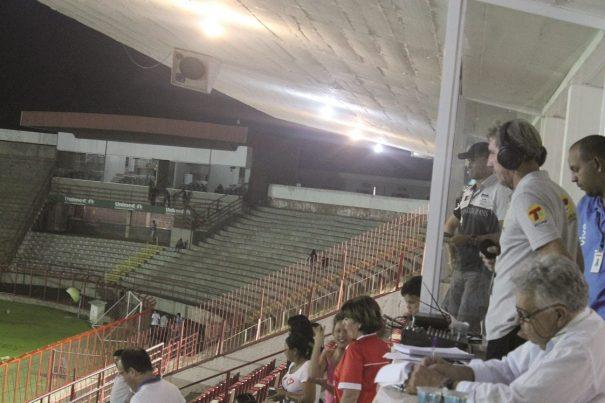 De seu camarote, Rivaldo reagiu a provocações feitas por torcedores próximos ao alambrado. (Foto: Diego Ortiz)