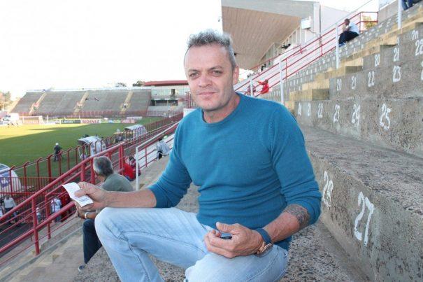 Dadi ganhou ingresso de gerente do CRB: 'jamais pagaria R$ 100'. (Foto: Diego Ortiz)