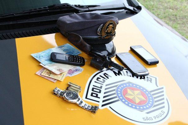 Arma, munição e dinheiro estavam com assaltantes