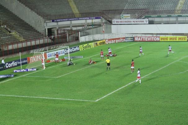 Zagueiro Renato Camilo tentou cortar e acabou marcando contra, garantindo a vitória do CRB. (Foto: Diego Ortiz)