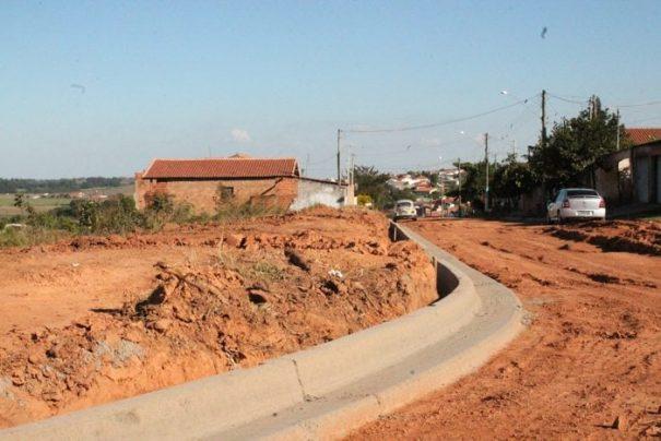 Ruas passam por obras para a implantação de guias e sarjetas (Foto: Ana Paula Meneghetti)