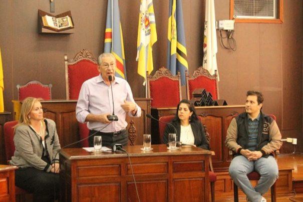 Na Câmara Municipal, deputado anunciou verba para a infraestrutura do bairro (Foto: Ana Paula Meneghetti)