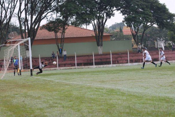 Goleiro Willian, da Piteiras, defende cobrança de pênalti batida por Índio, da Santa Cruz, que mais tarde teve outra oportunidade de converter uma penalidade máxima e não desperdiçou. (Foto: Diego Ortiz)