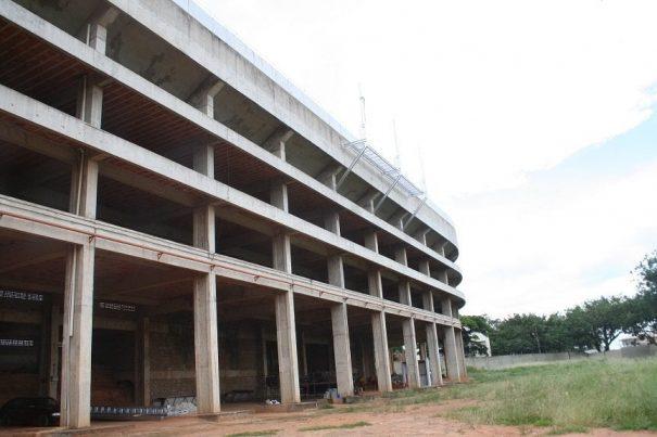 Ampla área pouco explorada atrás das arquibancadas do estádio pode receber empreendimento. (Foto: Arquivo)