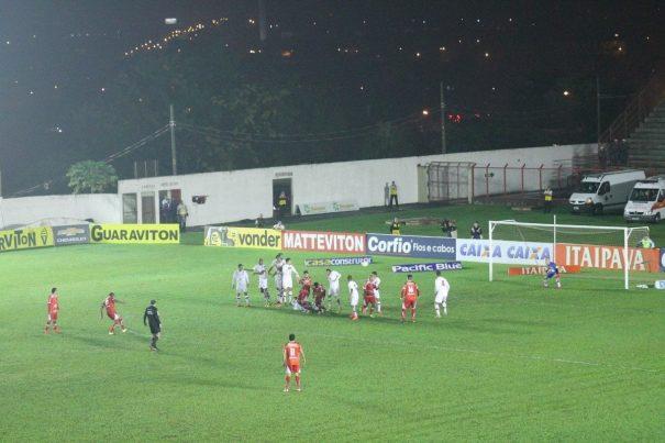 Camisa 10 do Sapo, Rivaldo levou perigo em cobrança de falta. (Foto: Diego Ortiz)