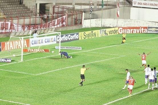 Com categoria, Rivaldo deslocou o goleiro e marcou de pênalti na noite de terça-feira, no Romildão.(Foto: Fernando Surur)