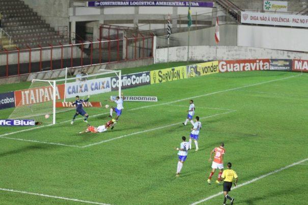 Após cruzamento, Rivaldinho fez, de peixinho, o primeiro gol do Sapo. (Foto: Fernando Surur)
