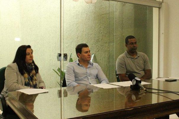 Beatriz Gualda, prefeito Gustavo Stupp e Dirceu Paulino participaram de entrevista coletiva (Foto: Ana Paula Meneghetti)