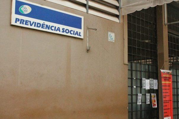 Avisos de greve e cartazes já foram fixados na porta do INSS pelo sindicato (Foto: Ana Paula Meneghetti)