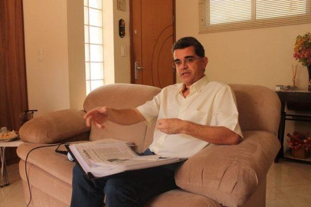 Eduardo Brandão recebeu a imprensa em sua casa, na manhã de quinta-feira, para esclarecer pontos apresentados pela Prefeitura (Foto: Ana Paula Meneghetti)