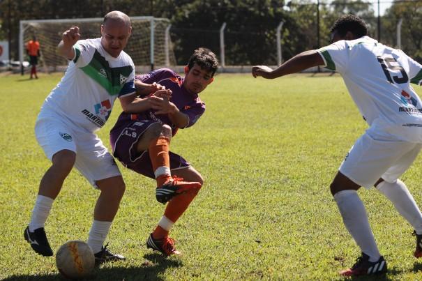 Martinense, do experiente Chiquinho, aplicou uma goleada no Esmeralda, que ainda não pontuou. (Foto: Diego Ortiz)