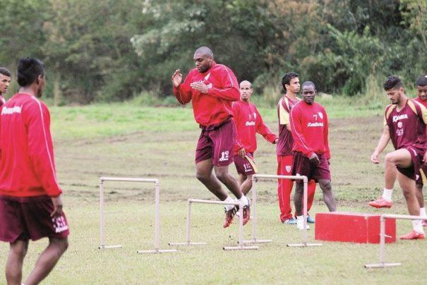 Zagueiro Paulão salta durante treinamento físico do Mogi Mirim, no Centro de Treinamento do Guaçu. (Foto: Diego Ortiz)