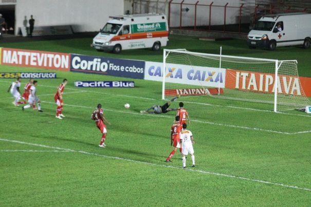 Mogi Mirim e Oeste ficaram no empate sem gols, em jogo na noite desta sexta-feira, no Romildão. (Foto: Fernando Surur)